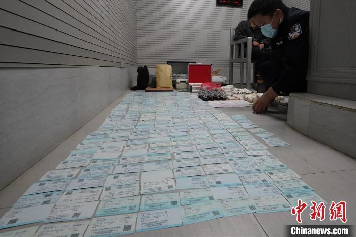 南宁铁路警方捣毁一制售假票证窝点 查获假票证七千余张