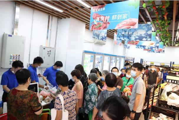 图:宝能生鲜西丽宝能城店开业当日,顾客纷纷排队购买商品