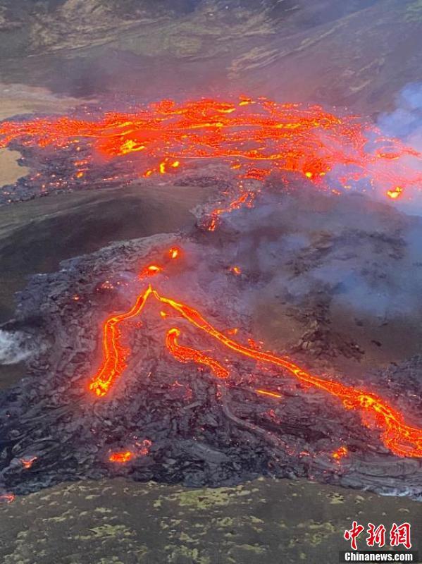 冰岛火山持续喷发 熔岩不断喷涌裂缝长数百米