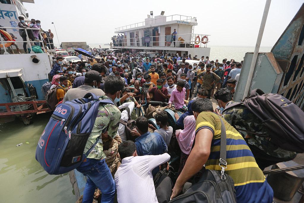 开斋节将至 孟加拉国大批民众登超载渡轮返乡
