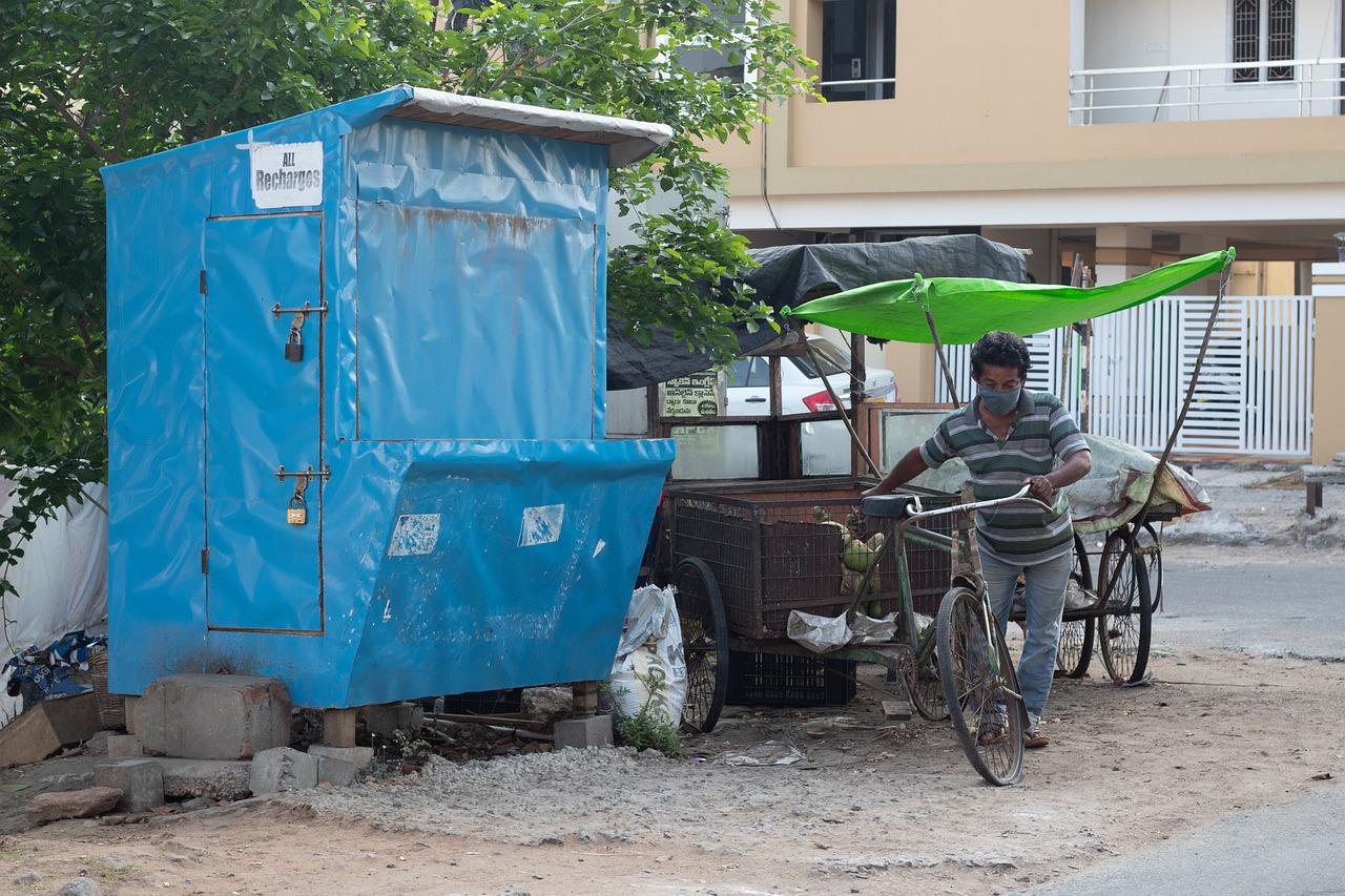"""疫情""""海啸""""中的印度:华人感染吃连花清瘟自救,制氧机炒到万元"""