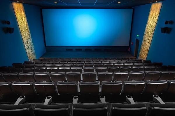 小孩观影时银幕前玩耍拍打导致损坏 家长:影院未告知不可触摸