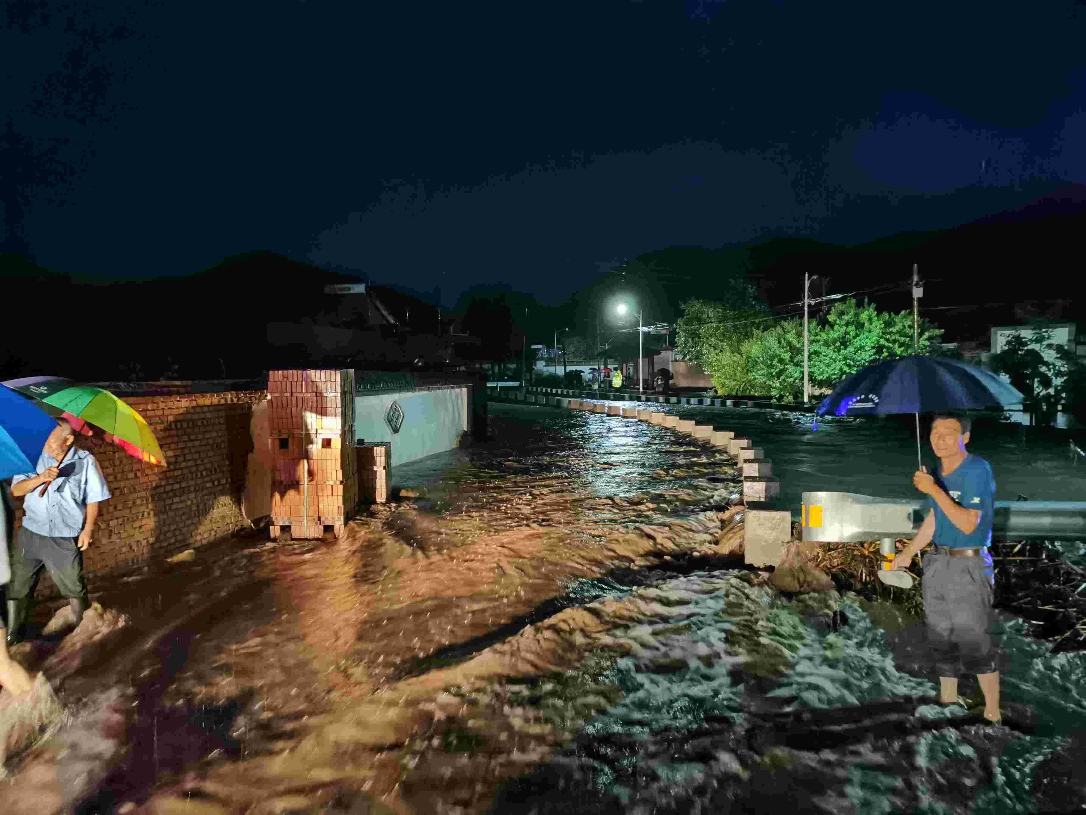 怀柔一村庄河道堵塞河水漫进村庄,村民暴雨中紧急疏散