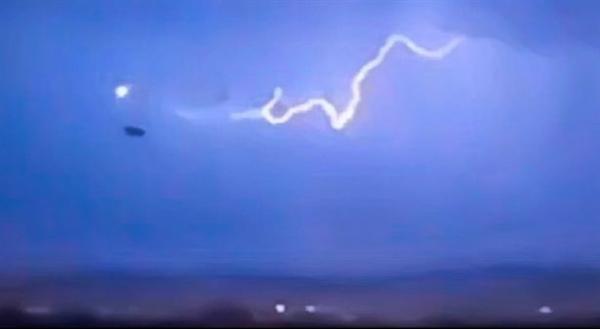 网友在闪电交加夜空中拍到神秘黑色物体:引发网友热议