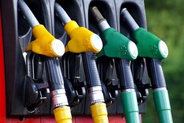 油价今晚降了!加满一箱油将少花4元