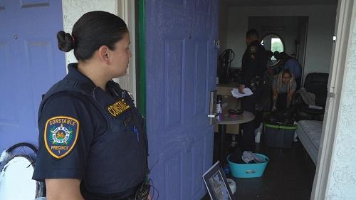 CBS:驱逐交不起租金房客 执法警察压力山大租户想哭出来