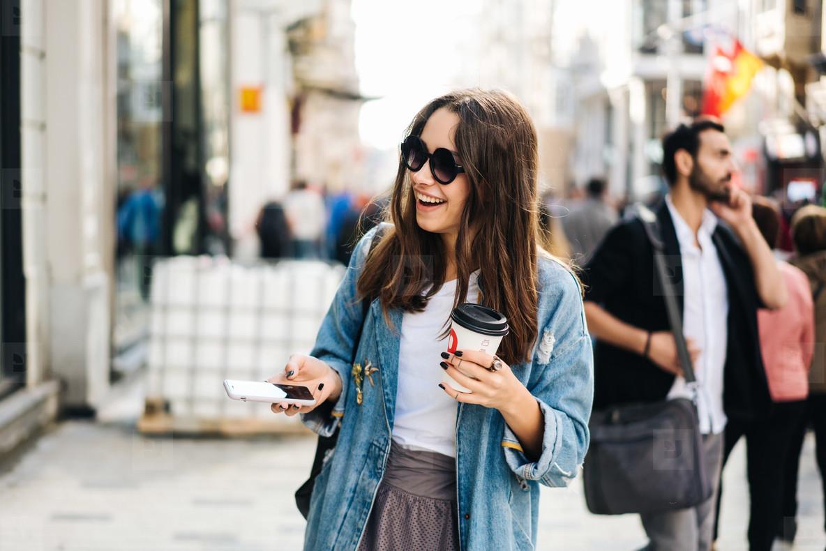 边喝咖啡边走路 竟是一项鲜为人知的物理学壮举?